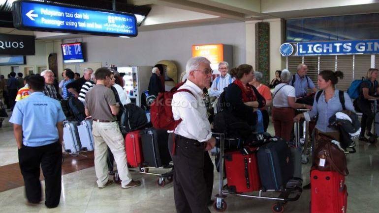 https: img.okezone.com content 2021 09 23 406 2475982 ingat-turis-asing-mendarat-di-bandara-soekarno-hatta-wajib-tes-pcr-IOarEjA6kq.JPG