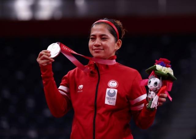 https: img.okezone.com content 2021 09 23 43 2475685 tiba-di-pekanbaru-peraih-medali-emas-paralimpiade-tokyo-2020-ini-sujud-dan-cium-kaki-orang-tua-d3iRQqxAC2.jpg
