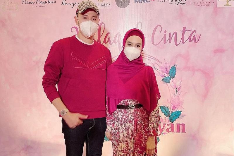 https: img.okezone.com content 2021 09 24 33 2476176 hadiri-lamaran-ria-ricis-outfit-suami-kartika-putri-dikritik-netizen-sKNqrOSy06.jpg