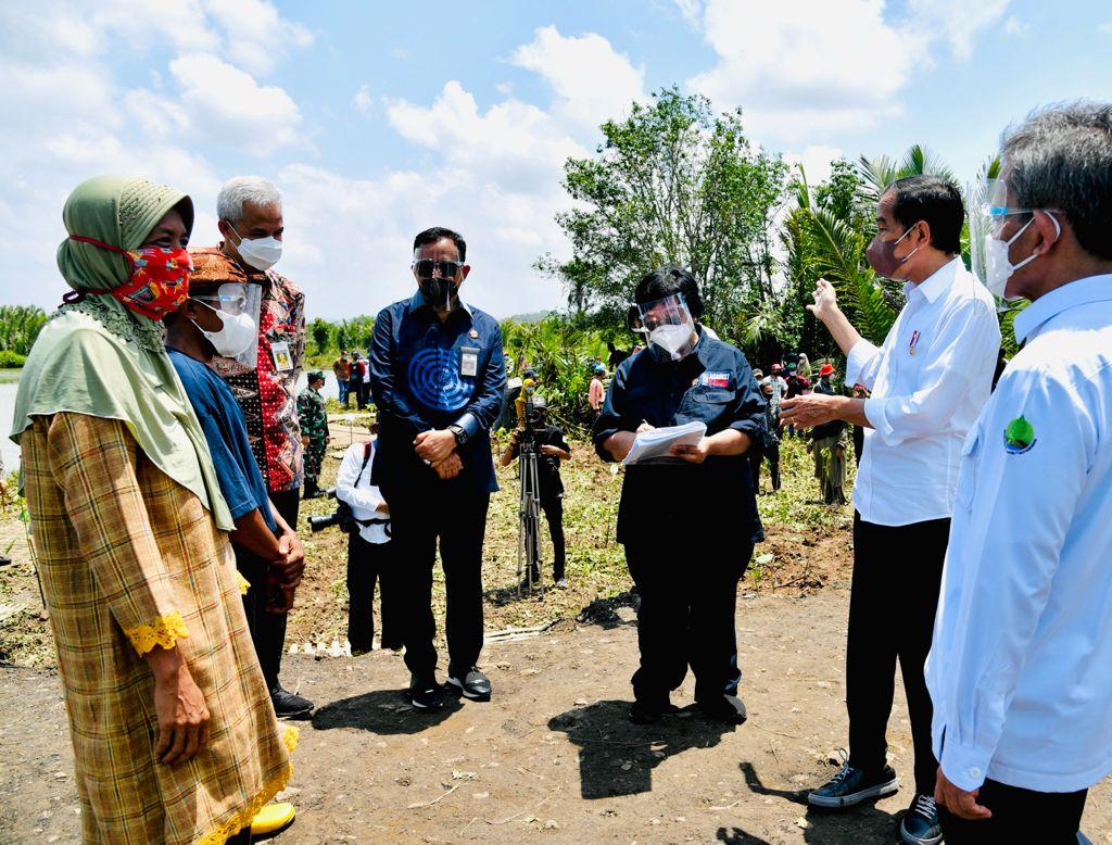 https: img.okezone.com content 2021 09 24 337 2476066 tanam-mangrove-di-cilacap-presiden-jokowi-upayakan-pemulihan-lingkungan-dan-mitigasi-iklim-6jARuBGyzY.jpeg