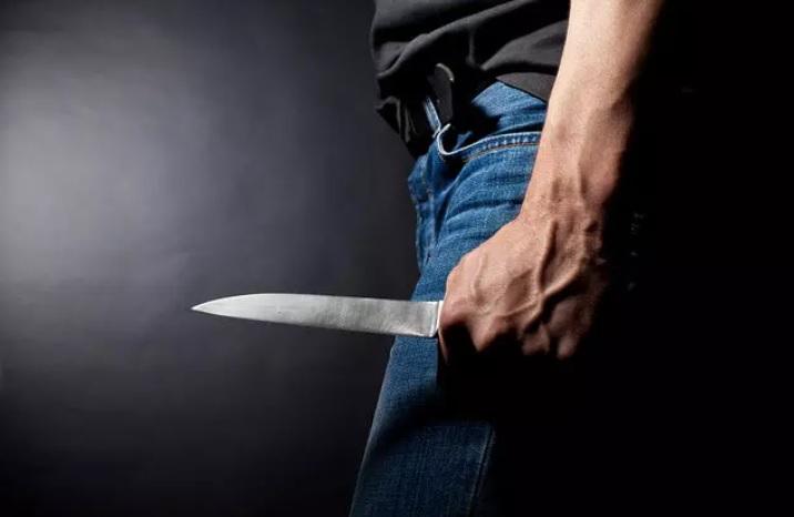 https: img.okezone.com content 2021 09 24 338 2476395 pembunuhan-anggota-tni-di-depok-seorang-warga-terkapar-ditusuk-pelaku-siHPI8AE8L.jpg