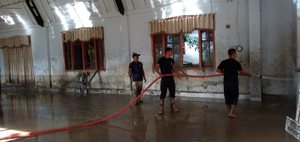 https: img.okezone.com content 2021 09 25 340 2476805 banjir-bandang-bolaang-mongondow-surut-warga-dan-aparat-gotong-royong-bersihkan-lumpur-d3C2ywmfd0.jpg
