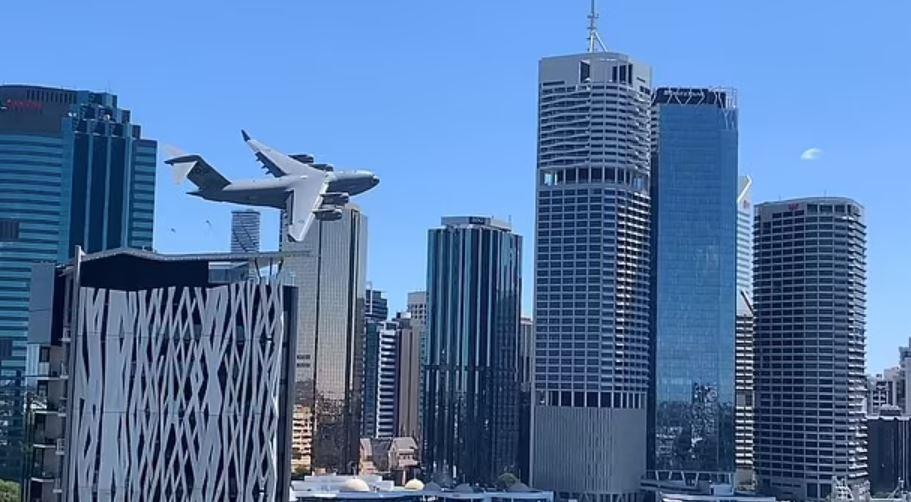 https: img.okezone.com content 2021 09 26 406 2477109 viral-pesawat-terbang-rendah-di-antara-gedung-pencakar-langit-bikin-melongo-vo98hd1GyJ.JPG