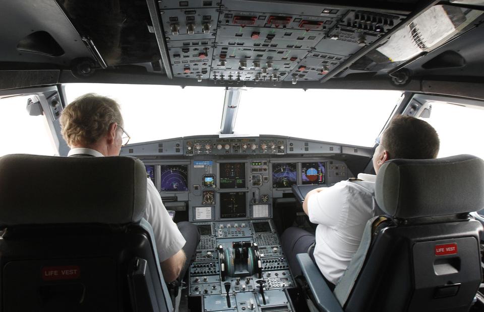 https: img.okezone.com content 2021 09 26 406 2477181 10-benda-wajib-dibawa-pilot-nomor-5-ketinggalan-bisa-gagal-terbang-xpmrtiQN3l.jpg