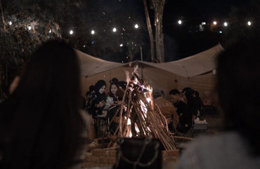 https: img.okezone.com content 2021 09 26 408 2476925 rindu-suasana-camping-yuk-mampir-ke-kafe-ini-enggak-pakai-ribet-kok-ebhiljhfQg.JPG