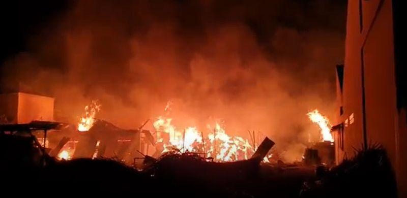 https: img.okezone.com content 2021 09 26 608 2476889 kebakaran-hebat-landa-gudang-penyimpanan-rotan-di-medan-2erUaBVgvL.jpg