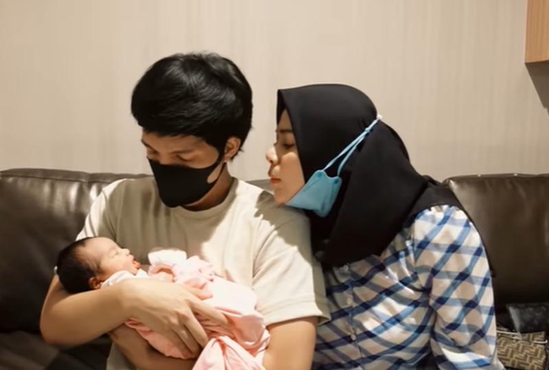 https: img.okezone.com content 2021 09 27 33 2477456 baby-aurel-lahir-atta-halilintar-selamat-datang-di-dunia-UsaYwwyMkG.jpg