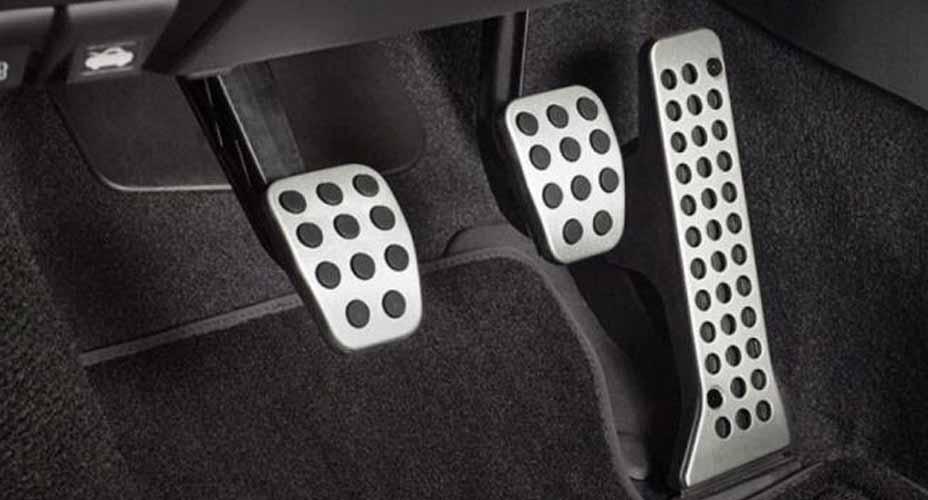 https: img.okezone.com content 2021 09 27 52 2477604 pedal-kopling-mobil-terasa-berat-saat-ditekan-ini-3-cara-mengatasinya-Im24ohOxIT.jpg
