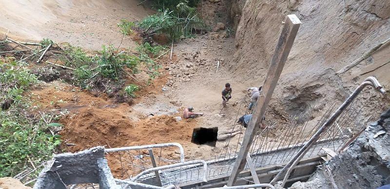 https: img.okezone.com content 2021 09 27 608 2477316 5-pekerja-proyek-penahan-tebing-di-karo-tertimbun-longsor-92xOyTTrbm.jpg