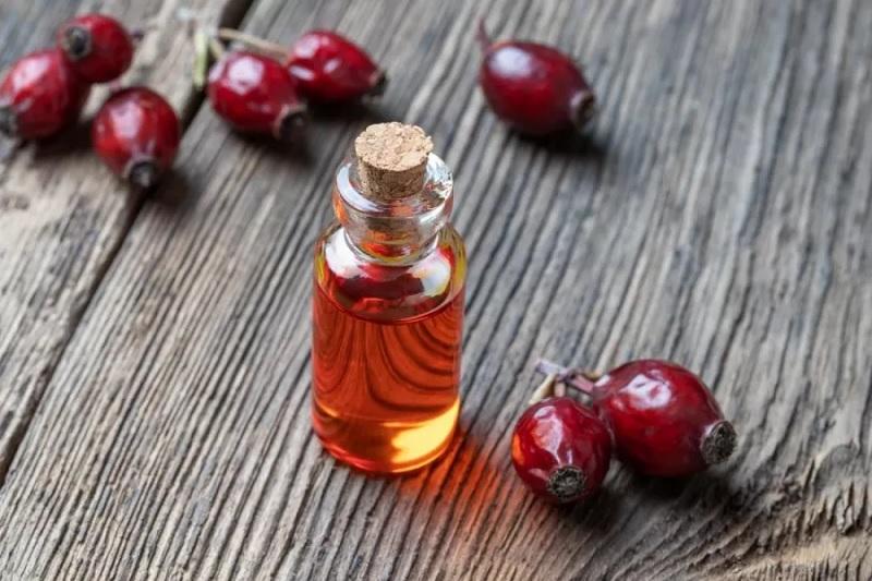 https: img.okezone.com content 2021 09 27 611 2477217 lagi-ngetren-kenali-4-manfaat-rosehip-oil-bagi-kesehatan-kulit-3LcEUL2u6Y.jpg