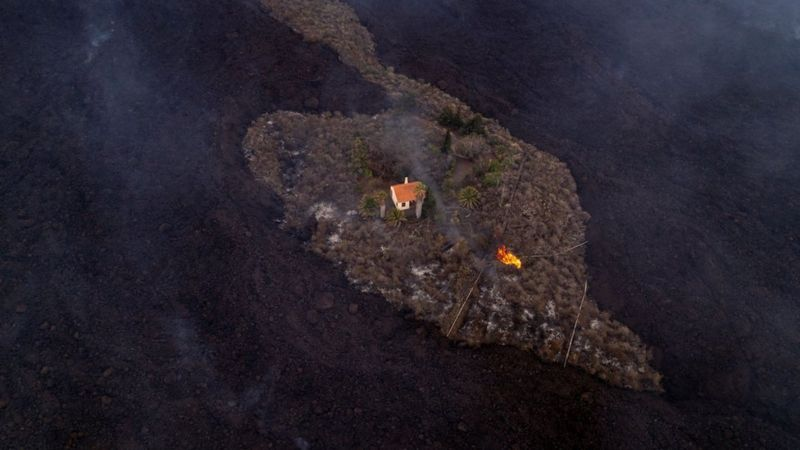 https: img.okezone.com content 2021 09 28 18 2478242 rumah-ajaib-ini-lolos-dari-amukan-lava-letusan-gunung-berapi-di-spanyol-t2YjydSOGM.jpg