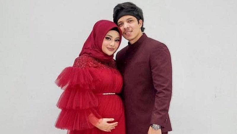 https: img.okezone.com content 2021 09 28 194 2478070 potret-aurel-pakai-dress-merah-serasi-dengan-atta-halilintar-netizen-cantik-kayak-barbie-5courPcDkr.jpg