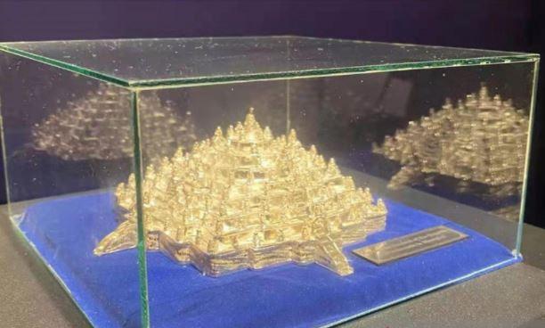https: img.okezone.com content 2021 09 28 406 2477927 wow-miniatur-borobudur-dan-batik-indonesia-dipamerkan-di-gedung-tertinggi-kedua-sedunia-n3TULd9ROW.JPG
