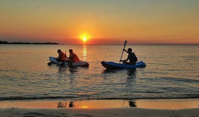 https: img.okezone.com content 2021 09 28 406 2477936 wisatawan-serbu-pantai-blebak-jepara-demi-menikmati-sunset-lXyJBm3dgl.JPG