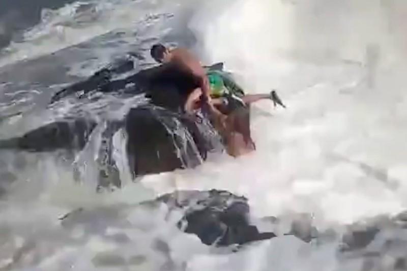 https: img.okezone.com content 2021 09 28 406 2478207 viral-aksi-heroik-pelatih-kebugaran-selamatkan-turis-wanita-di-pantai-berakhir-tragis-Zm0CEhFDkv.jpg