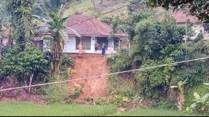 https: img.okezone.com content 2021 09 28 525 2477811 diguyur-hujan-permukiman-warga-di-dusun-cisitu-gununghalu-terancam-longsor-xA9nBDrDU6.jpg