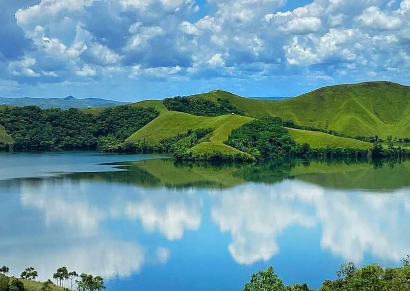 https: img.okezone.com content 2021 09 29 408 2478880 deretan-danau-dengan-view-mengagumkan-di-papua-indahnya-bikin-pelancong-betah-KxQuQjgzyZ.JPG