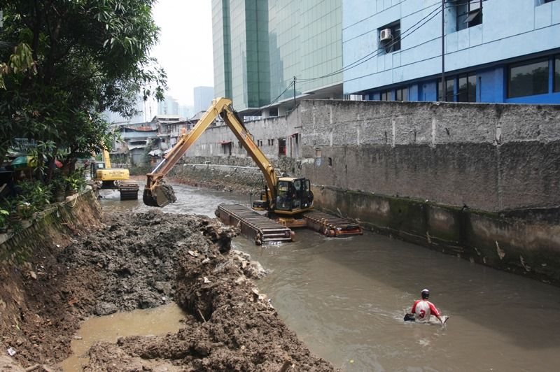 https: img.okezone.com content 2021 09 30 620 2479157 cegah-banjir-pemprov-dki-keruk-lumpur-di-sungai-dan-waduk-jakarta-JKBlCvGRZ6.jpg