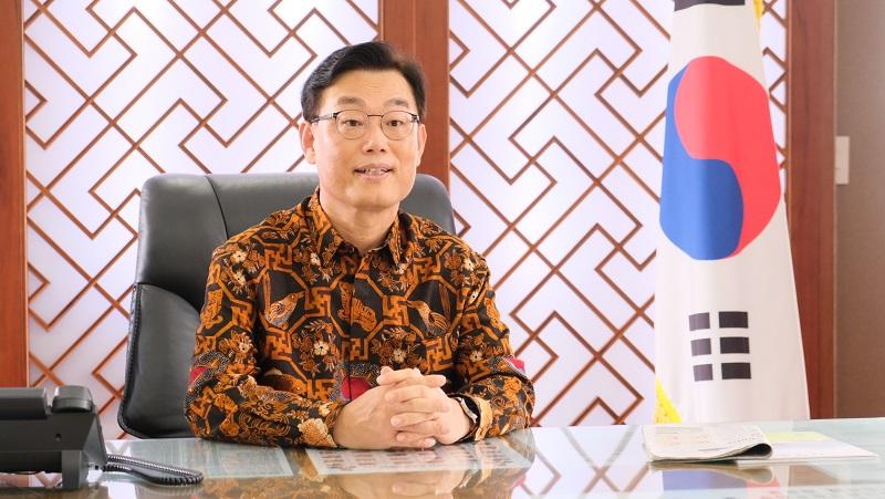 https: img.okezone.com content 2021 10 01 194 2479748 hari-batik-nasional-potret-perpaduan-batik-nusantara-dengan-8-ikon-negara-di-dunia-AkU3evXRck.JPG