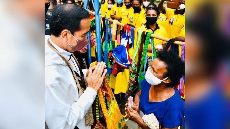 https: img.okezone.com content 2021 10 01 194 2480033 jokowi-borong-noken-papua-netizen-presidenku-memang-trendsetter-FwuBDg5cE7.jpg
