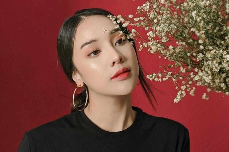 https: img.okezone.com content 2021 10 01 33 2479746 pakai-dress-merah-anya-geraldine-menggoda-pamer-tulang-selangka-H13ZH85fHw.jpg