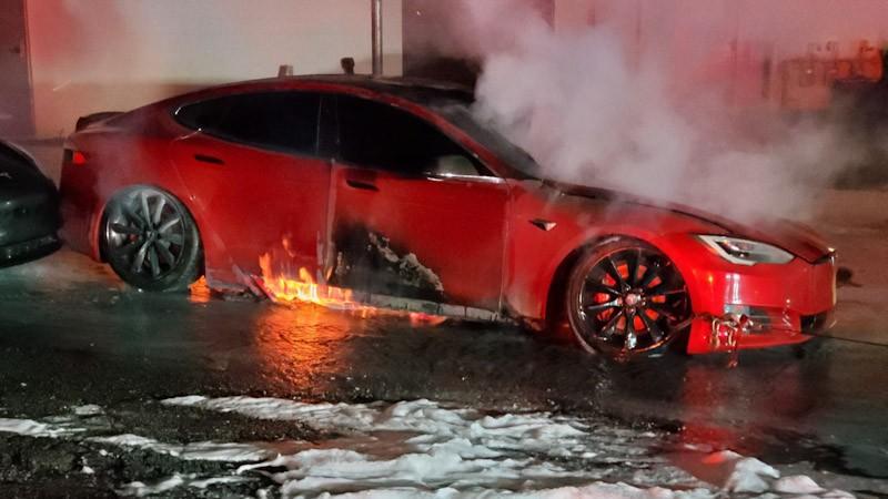 https: img.okezone.com content 2021 10 01 52 2479795 viral-mobil-listrik-tesla-terbakar-di-tempat-servis-kok-bisa-NnffBWH4jO.jpg