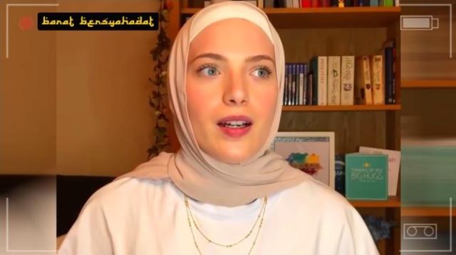https: img.okezone.com content 2021 10 01 621 2479670 dibesarkan-tanpa-agama-wanita-bule-ini-sekarang-mantap-jadi-muslimah-takei93IAU.jpg
