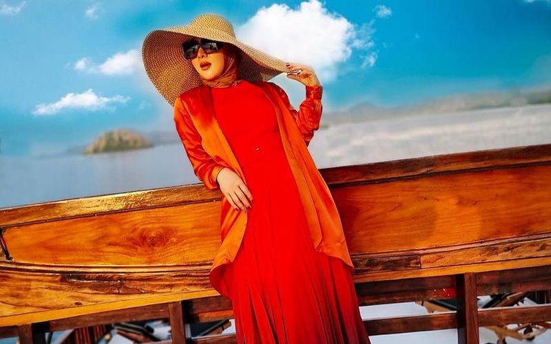 https: img.okezone.com content 2021 10 02 194 2480210 syahrini-pakai-dress-mirip-cupang-ternyata-harganya-belasan-juta-WfWnU5okGd.jpg