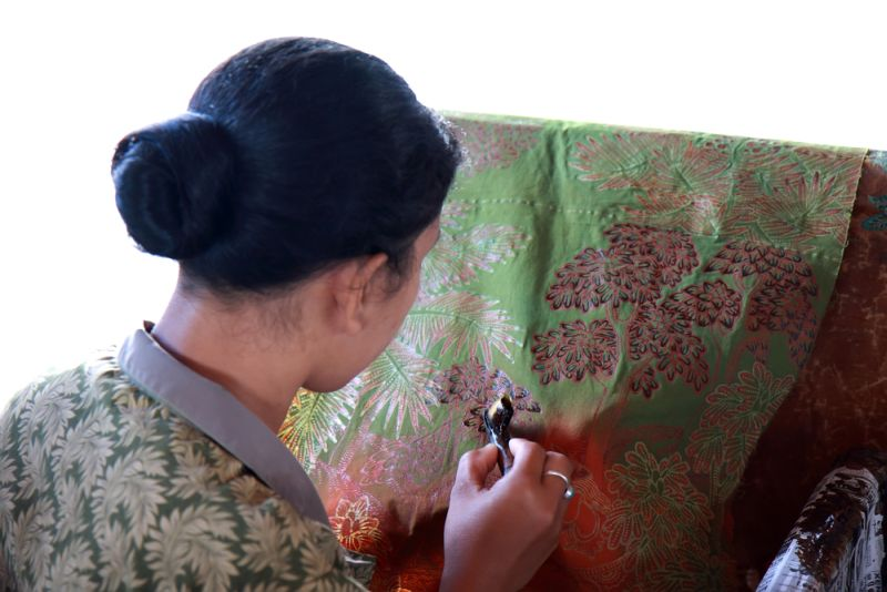 https: img.okezone.com content 2021 10 02 194 2480315 mengenal-6-jenis-batik-khas-puro-pakualaman-dari-istana-kerajaan-yogyakarta-8vXCQhJDYw.jpg