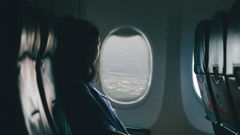 https: img.okezone.com content 2021 10 02 406 2480307 kenapa-jendela-pesawat-berbentuk-oval-ternyata-ada-peristiwa-tragis-di-balik-ini-4EI8gShV73.jpg