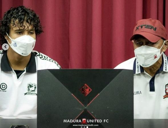 https: img.okezone.com content 2021 10 02 49 2480391 madura-united-vs-persipura-jayapura-rahmad-darmawan-keluhkan-kurangnya-waktu-recovery-08RHFBHpOg.jpg