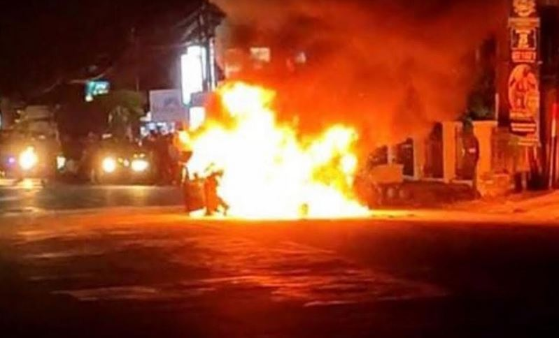 https: img.okezone.com content 2021 10 02 525 2480434 mobil-sedan-hangus-terbakar-api-diduga-dari-korsleting-mesin-TAv7uzG0sC.JPG