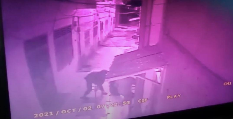 https: img.okezone.com content 2021 10 02 608 2480220 horor-rekaman-cctv-pria-di-sumut-dipukul-membabi-buta-pakai-besi-hingga-tewas-Q7qvPiSbpr.jpg