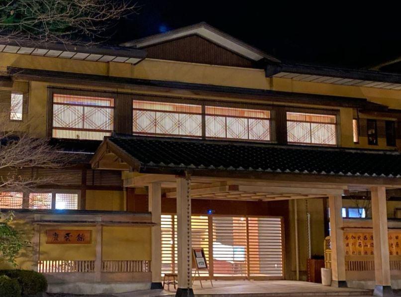 https: img.okezone.com content 2021 10 03 408 2480698 wow-hotel-jepang-ini-jadi-yang-tertua-di-dunia-usianya-1-316-tahun-qsPYstN1vs.JPG