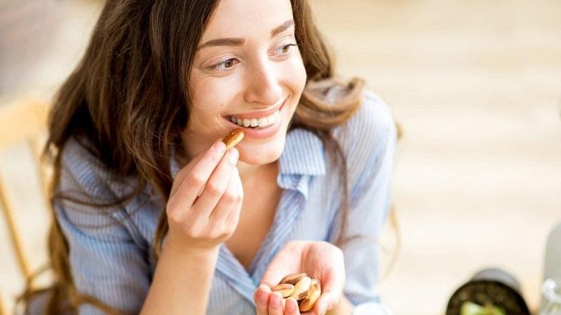 https: img.okezone.com content 2021 10 03 611 2480689 konsumsi-5-makanan-ini-kulit-makin-glowing-girls-BEnV1SkvM7.jpg