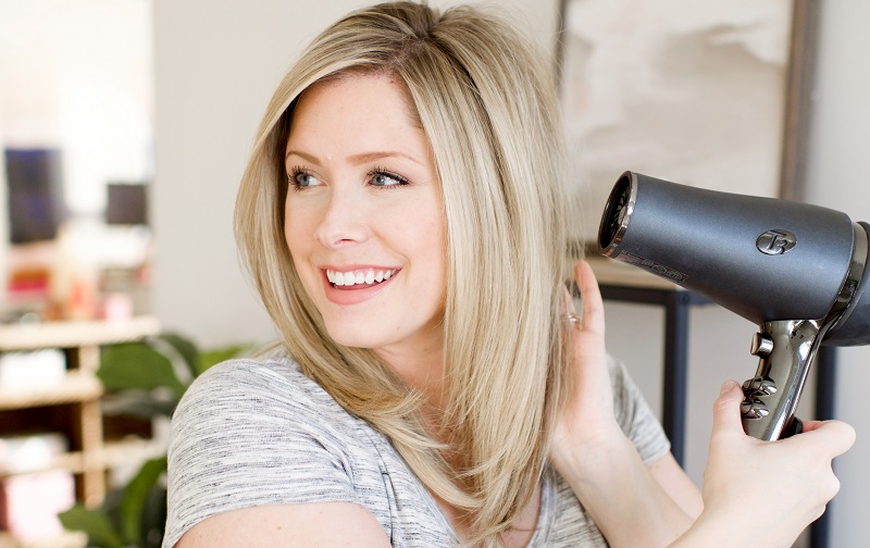 https: img.okezone.com content 2021 10 04 611 2480976 beautypedia-tips-blow-dry-rambut-ala-salon-di-rumah-g1KIyf7VuA.jpg