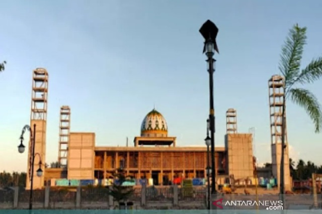 https: img.okezone.com content 2021 10 04 614 2481110 masjid-raya-sofifi-jadi-lokasi-pembukaan-dan-pelantikan-dewan-hakim-stqn-2021-EQyS5gncCw.jpg