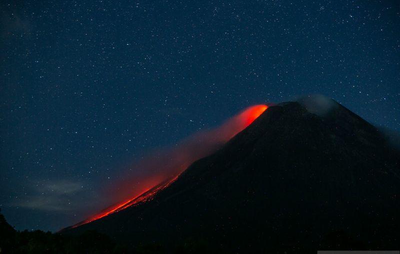 https: img.okezone.com content 2021 10 04 620 2480904 gunung-merapi-luncurkan-guguran-lava-pijar-sejauh-1-km-YnktiOLKBd.jpg