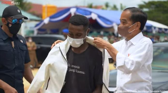 https: img.okezone.com content 2021 10 05 337 2481584 momen-presiden-jokowi-hadiahi-hermanus-jaket-usai-selfie-bersama-FGCrBMFQT2.jpg