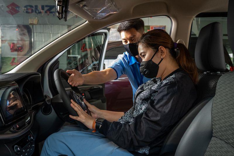 https: img.okezone.com content 2021 10 05 87 2481523 5-tips-posisi-yang-tepat-saat-mengemudi-mobil-dijamin-nyaman-dan-aman-QHs3Xa9CrF.jpg