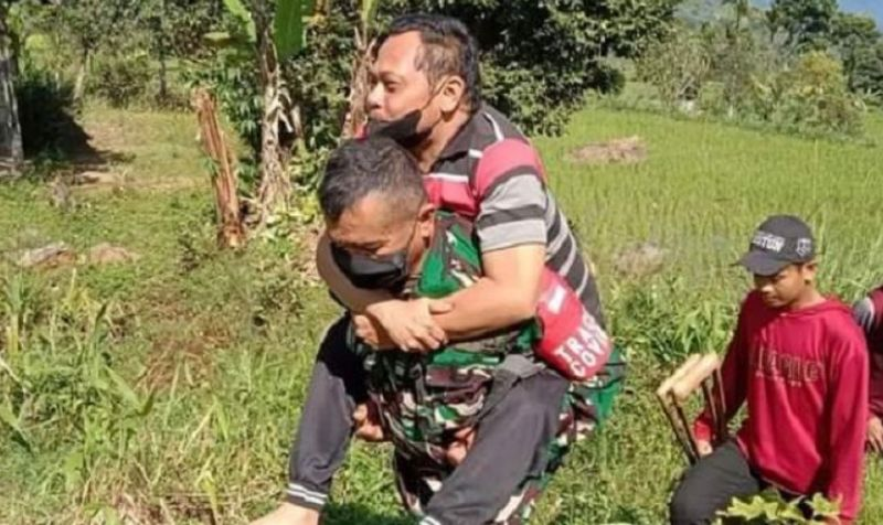 https: img.okezone.com content 2021 10 06 340 2482450 heroik-lewati-sawah-prajurit-tni-gendong-warga-lumpuh-saat-jemput-blt-kLBlkIdcrf.jpg
