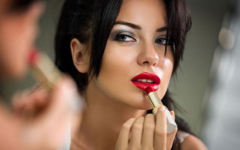https: img.okezone.com content 2021 10 06 611 2481930 benarkah-perempuan-tak-bisa-hanya-punya-satu-lipstik-jod4sJbmiz.jpg