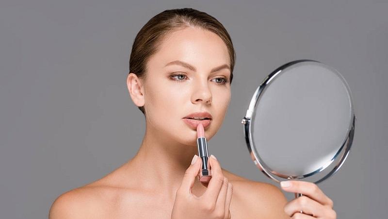 https: img.okezone.com content 2021 10 06 611 2481978 3-warna-lipstik-paling-populer-di-kalangan-makeup-artist-czVY7IA8W6.jpg
