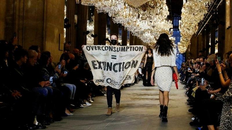 https: img.okezone.com content 2021 10 07 194 2482618 pendemo-masuk-runway-louis-vuitton-paris-fashion-week-2022-bawa-pesan-ini-6yxcg62oaG.jpg