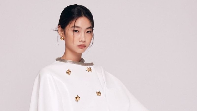 https: img.okezone.com content 2021 10 07 194 2482716 melejit-berkat-squid-game-jung-ho-yeon-jadi-global-brand-ambassador-louis-vuitton-yjTNrxTagB.jpg