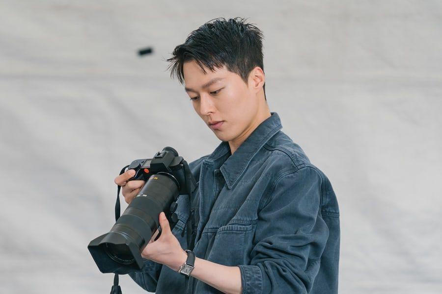 https: img.okezone.com content 2021 10 07 205 2482683 main-drama-bareng-song-hye-kyo-jang-ki-yong-jadi-fotografer-qHtVIcVle8.jpeg