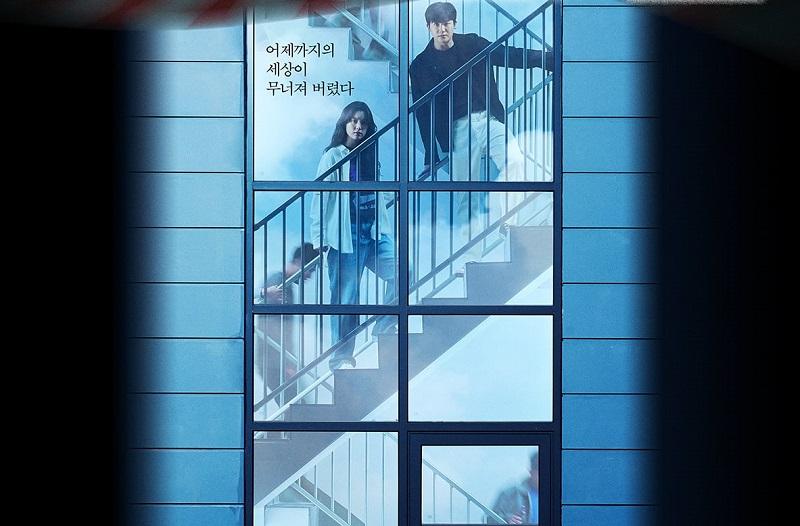 https: img.okezone.com content 2021 10 07 206 2482794 han-hyo-joo-dan-park-hyung-sik-ketakutan-dalam-poster-drama-happiness-WesXHWUpeS.jpg