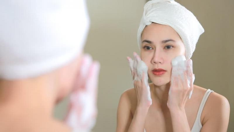 https: img.okezone.com content 2021 10 07 611 2482460 jangan-salah-ini-6-urutan-skincare-yang-tepat-agar-kulit-sehat-5WzW8v2PmI.jpg
