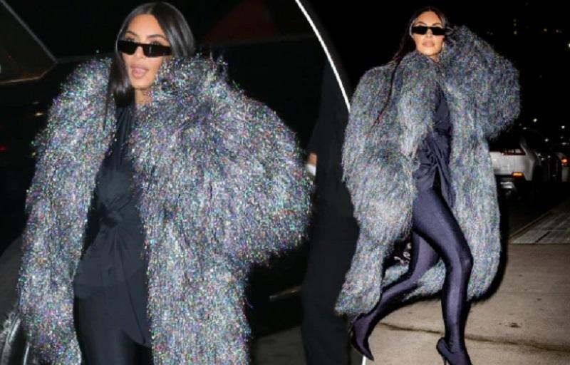 https: img.okezone.com content 2021 10 08 194 2483427 makan-malam-di-new-york-kim-kardashian-pakai-coat-rp327-juta-VkNqAhQQOC.jpg
