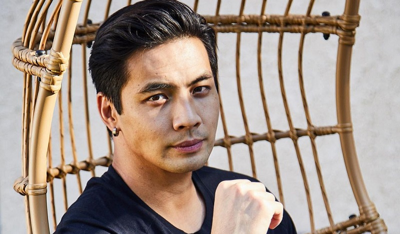 https: img.okezone.com content 2021 10 08 206 2483388 aktor-indonesia-yoshi-dan-peter-sudarso-perankan-nightwing-dan-red-robin-Rz9twZkrOh.jpg